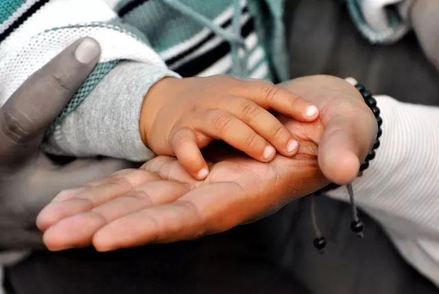 为什么孩子在幼儿园能自己吃饭,在家里却要父母追着喂?