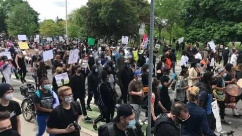 加拿大也开始了!黑人女性坠楼引发数千人示威